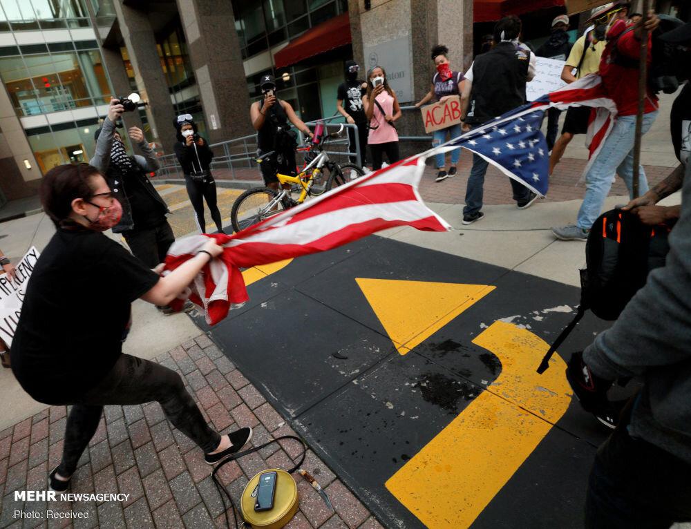 """معترضان به نژادپرستی در واشنگتن، مجسمه """"Albert Pike"""" که نماد بردهداری است را به زیر کشیدند و آن را آتش زدند."""