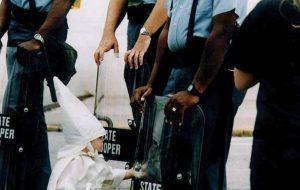 به زانو در آمدن پلیس آمریکا در مقابل معترضین+فیلم