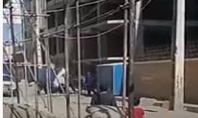 ضرب و شتم یک جوان توسط ماموران شهرداری + ویدیو