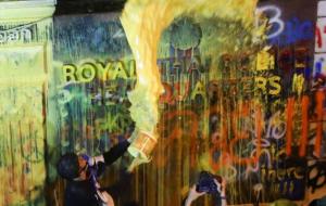 (حمله رنگی معترضان تایلند به ساختمان پلیس + تصاویر