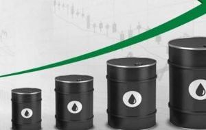 (افزایش قیمت نفت در پی تصویب بسته محرک مالی عظیم